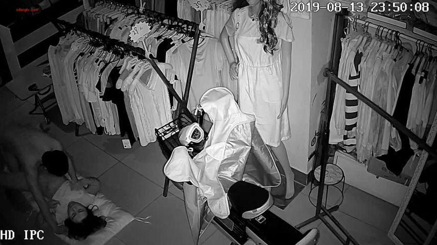 商铺网络摄像头被黑偸拍潮牌时装店下班关门后淫骚老板娘与男人直接在地上激情69打炮射完妹子没爽够还要自慰完整版