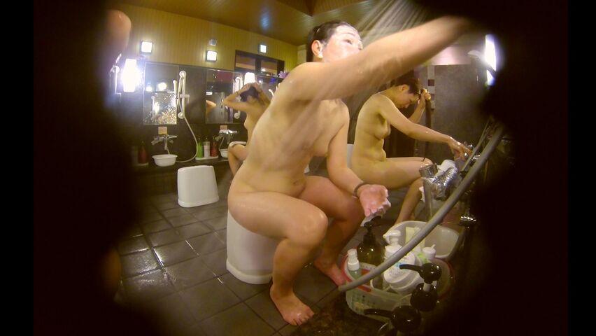 3月新流大众洗浴中心女士洗澡间内部诱人春色镜头专门对准年轻的妹子白花花的身子性感的三点让人鸡动