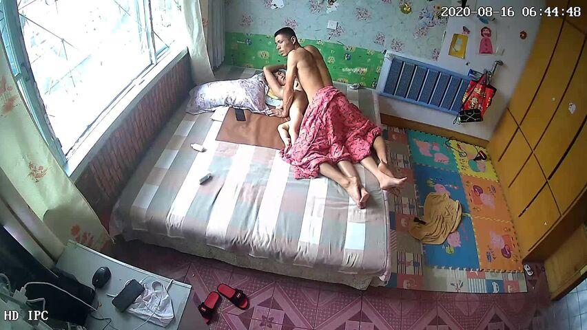 【破解摄像头】爸爸在操逼,小儿子在旁边玩时不时凑过来吃奶,大儿子也从他房间过来看看,不知道说什么了~ (3)
